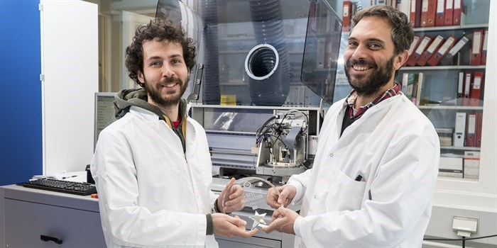 PhD student Massimo Rosa (left) and Professor Vincenzo Esposito with the FCH JU award in front of the 3D printing equipment in the DTU Energy lab